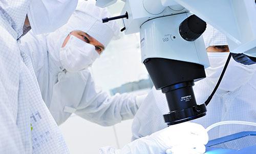 pure11 Mitarbeiter im Reinraum am Mikroskop
